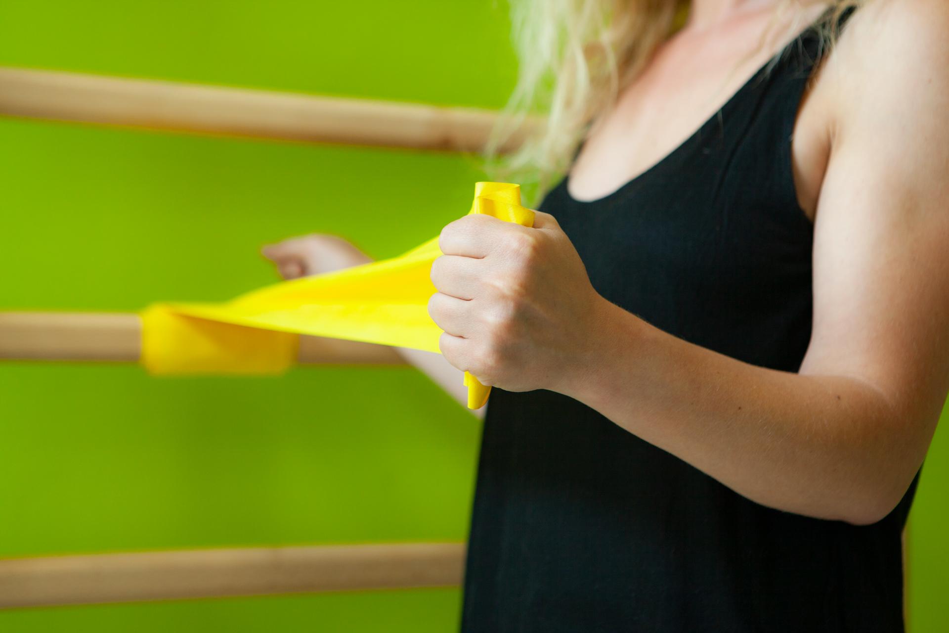 Esercizio fisioterapico di rinforzo per la muscolatura della spalla - cuffia dei rotatori