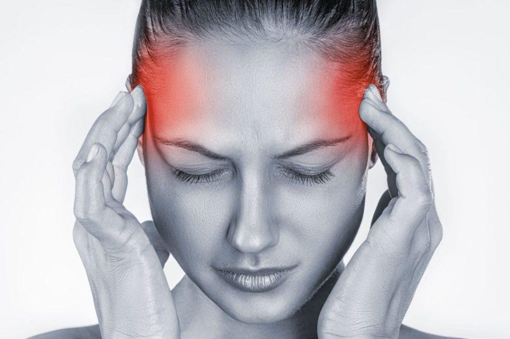 Donna mal di testa senza osteopatia